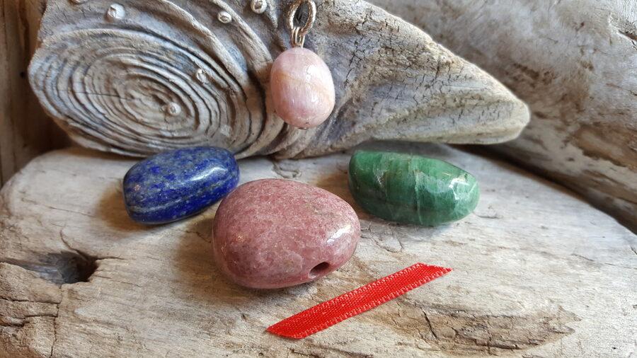 """Komplekts """"Piedošanas akmeņi"""" nr 2. Sarkana bantīte bantīte Komplektā ir 4 akmeņi"""