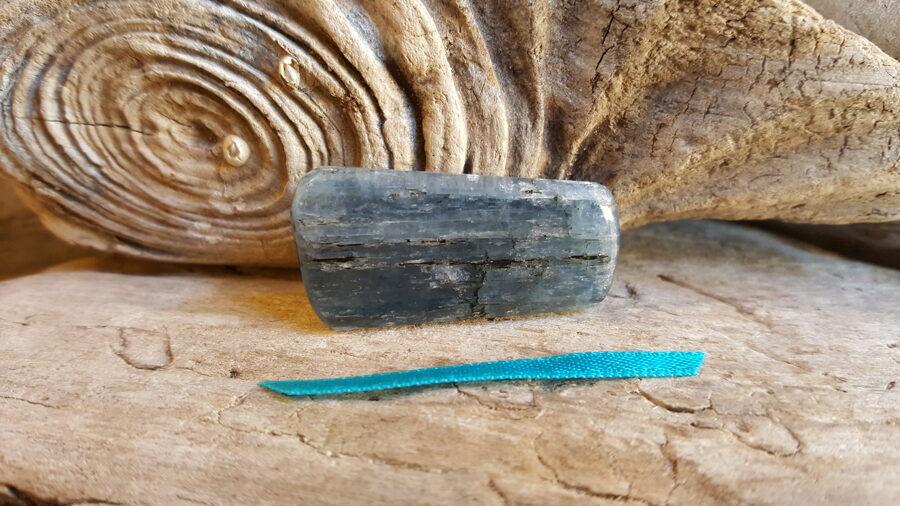 """Kianīta olis """"Atbalsts dienas garumā"""" nr 2. Izmērs 3.5 x 2 x0.5 cm Zila bantīte Izmantot masāžai un nēsāšanai līdzi"""