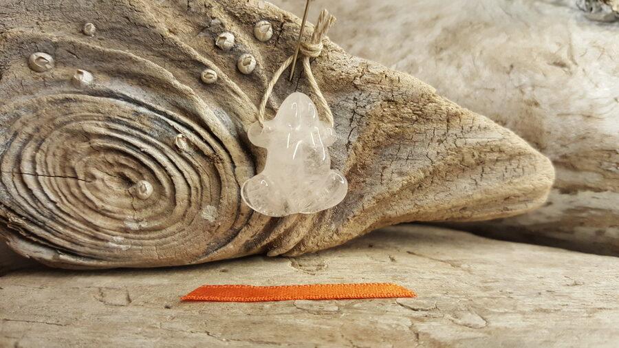 """Kalnu kristāla kulons """"Vardīte"""" - atdzimšanas simbols Izmērs 2.3 x 2 cm Oranža bantīte"""