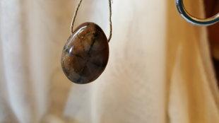 Hiastolīta kulons 2.8 x 1.8 cm. Svaru pārmaiņu akmens.