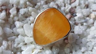 Jaunavu potenciāla amulets - Oranžā kalcīta gredzens 18.5 izmērs. Kalcīts 3.7x3cm. Sudrabs.