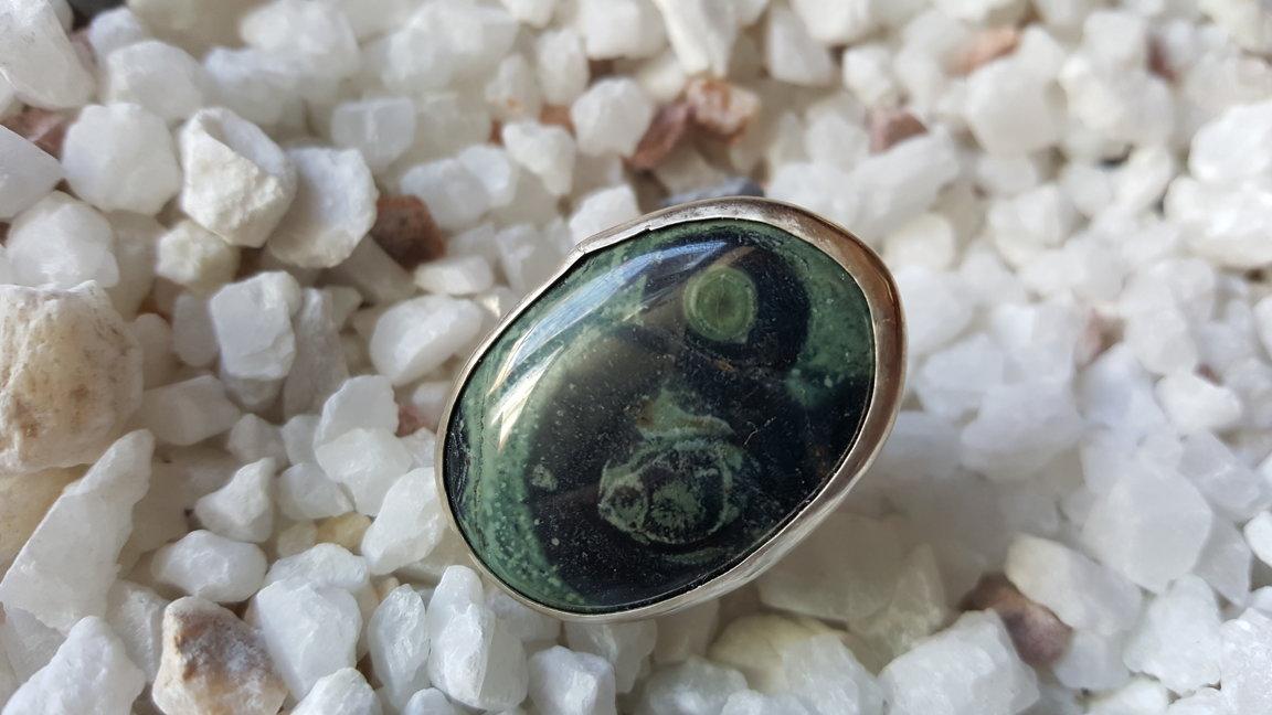 Jašmas gredzens.  Gredzena izmērs 18.5. Akmeņa izmērs 3 x 2 cm. sudraba krāsas ietvars. Zodiaks Jaunava Auns Mežāzis Zivs Dvīņi