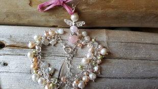 Dabīgu pērļu rokassprādze, zelta krāsas ķēdīte-platums 5mm, garums regulējams. Kopā ar sargeņģeli. Zodiaks Vēzis Zivis