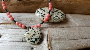 Jašmas krelles un masāžas akmens. Masāžas akmens ir 4.5 x 3cm. Sirsniņa krellēs ir 2 x 2cm. Masāžas akmeni var ielikt kabatā un nēsāt. Aizsargakmens.