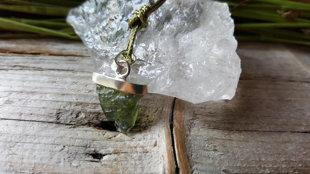 Moldavīta kulons nr 3. sudrabā, neapstrādāts. Ūdensvīra potenciāla akmens.  Kulona izmērs ir 1.3x1.2cm bez cilpiņas. Veiksmes talismans.
