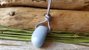 Angelīta kulons nr 9. pelēkā aukliņā.  Ūdensvīra un Svaru amulets.  Izmērs ir 3.2 x 2cm. Aizsargamulets