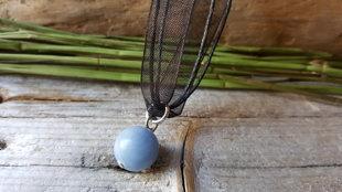 Angelīta kulons nr 10. melnā organzas aukliņā.  Ūdensvīra un Svaru amulets.  Izmērs ir 12mm. Aizsargamulets. Zodiaks Ūdensvīrs