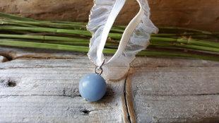 Angelīta kulons mežģīņu aukliņā nr 5. Ūdensvīra un Svaru amulets. Kulons ir 12mm. Aizsargamulets