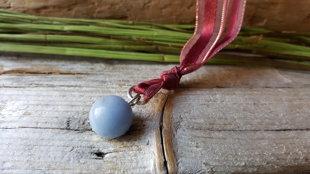 Angelīta kulons nr 12. ar bordo aukliņu.  Ūdensvīra un Svaru amulets.  Izmērs ir 12mm. Aizsargamulets. Zodiaks Ūdensvīrs