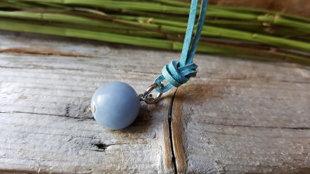 Angelīta kulons nr 3. zilā ādas aukliņā.  Ūdensvīra un Svaru amulets. Kulons ir 12 mm. Aizsargamulets.