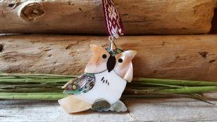 """Dāvana """"Mīļā pūcīte""""  - kulons no ļoti skaista perlamutra ar sārtu aukliņu. Izmērs 4.5 x 4 cm."""
