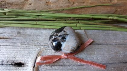 Sardoniksa olis nr 1. ar rozā bantīti. Izmērs 2.8 x 2.5 cm.