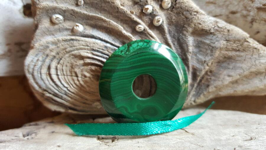 """Malahīta kulons-aplis """"Sargājošais"""" nr 3. Izmērs 3.5 cm Zaļa bantīte Lauvu aizsargakmens"""