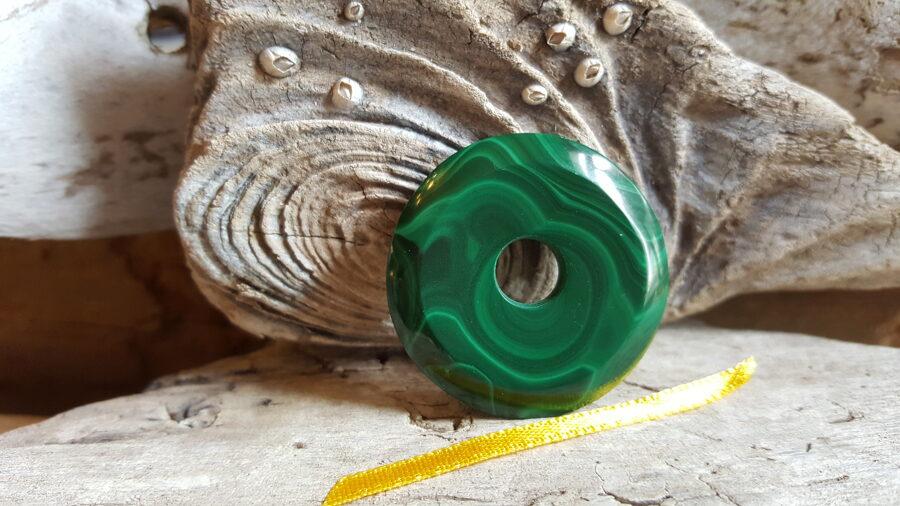 """Malahīta kulons-aplis """"Sargājošais nr 4. Izmērs 3.5 cm Dzeltena bantīte Vērša talismans-labo īpašību pastiprinātājs"""
