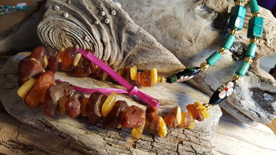 """Dzintara krelles """"Zeltainais sapnis"""" nr 2. Garums 55 cm Rotātas ar zaļām koka pērlītēm un zelta krāsas bumbiņām Rozā bantīte"""