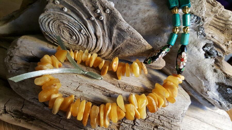 """Dzintara krelles """"Zeltainais sapnis"""" nr 3. Garums 61 cm Rotātas ar zaļām koka pērlītēm un zelta krāsas bumbiņām Gaiši zaļa bantīte"""