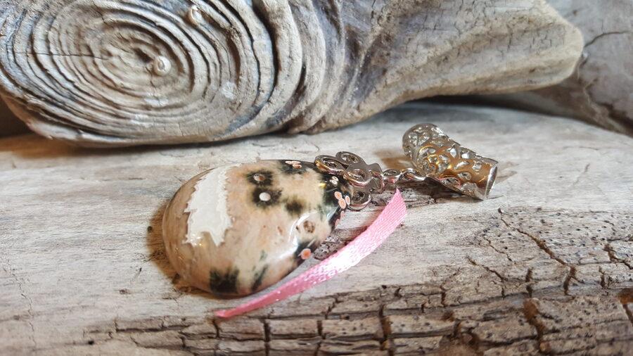 """Jašmas kulons """"Baltais ezers"""" Izmērs 4 x 3 cm Ar sudraba krāsas piekariņu Rozā bantīte"""