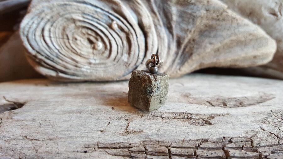 Pirīta kulons-kristāls 1.2 x 1.2 cm.