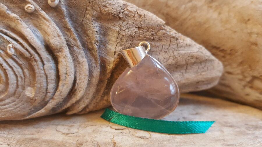 """Rozā kvarca kulons """"Veldzējošais"""" nr 1. Izmērs 2.5 x 2.6 cm Apsudrabots Ar dabīgiem iekļāvumiem, kas nav plaisas Zaļa bantīte"""