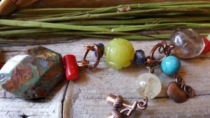 Svaru spēka un aizsargamulets nr 2. Amuleta garums (bez pušķa un riņķa) ir 17 cm.