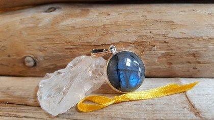 """Skorpiona līdzsvara amulets """"Miers"""" Izmērs 2.1 cm Bagātīgs sudraba ietvars Dzeltena bantīte"""