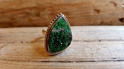 """Zaļa granāta (uvarovits) gredzens """"Atbrīvošanās"""" sudrabā. Izmērs 7. Rets zaļais granāts"""