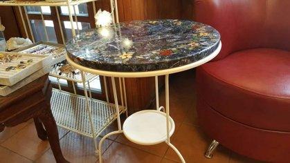 Inkrustēta galdiņa virsma kopā ar galdiņu. Materiāls - sodalīts ar jašmas puķēm. Diametrs ir 51 cm