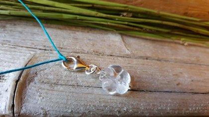 """Kalnu kristāla kulons """"Jaukā puķīte"""" nr 1.(sudraba detaļas) ar zilu aukliņu. Izmērs 1.4 cm. . Auna Lauvas Jaunavas potenciāla akmens."""