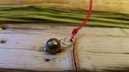 Pirīta kulons nr 5. ar sarkanu aukliņu. 10mm lodīte