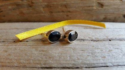 Oniksa auskari-nagliņas sudrabā. Izmērs 0.8 x 0.6 cm.