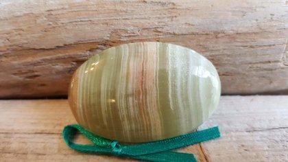 Marmora oniksa masāžas akmens. Tumši zaļa bantīte. Vidēja izmēra 4.5 x 3 cm.