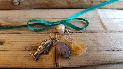 Ūdensvīra amuletu komplekts.Tumši zaļa bantīte. Citrīns Čaroīts Pērle. Zivs.