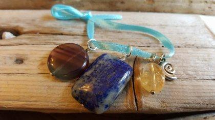 Ūdensvīra amuletu komplekts. Zila bantīte. Lazurīts Citrīns Fluorīts Spirāle.