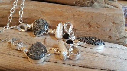 Koraļļu kaklarota ar pērlēm un stikla pērlītēm Garums 52 cm Apsudrabotas detaļas un ķēdīte