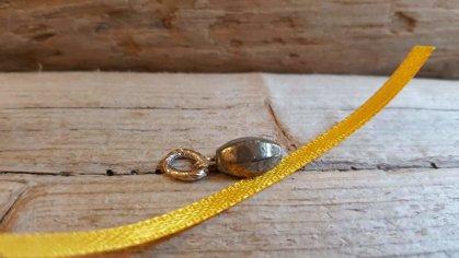 """Pirīta kulons """"Pārticība"""" nr 2. Dzeltena bantīte Izmērs 1 x 0.5 cm"""