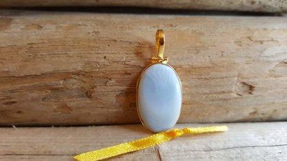 """Zils opāla kulons """"Iedvesma"""" nr 1. Metāls apzeltīts Izmērs 3 x 1.7 cm Dzeltena bantīte"""