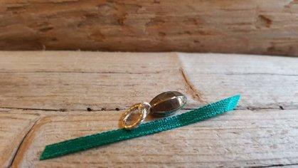 """Pirīta kulons """"Pārticība"""" nr 3. Zaļa bantīte Izmērs 1 x 0.5 cm"""