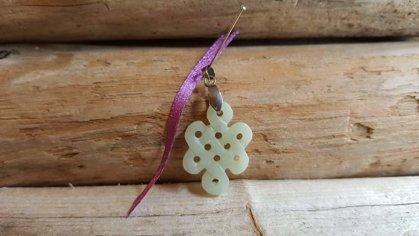 """Nefrīta kulons """"Atdzimšana"""" nr 1. Izmērs 3 x 2 cm Skaitlis 8 simbolizē atdzimšanu un bezgalību Jaunavas talismans Violeta bantīte"""