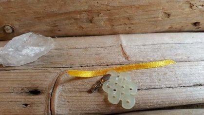 """Nefrīta kulons """"Atdzimšana"""" Izmērs 3 x 2 cm Skaitlis 8 simbolizē atdzimšanu un bezgalību Zivju aizsargamulets Dzeltena bantīte"""