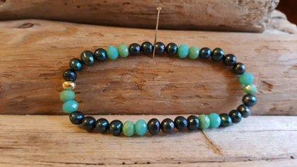 Tumši zilu pērļu rokassprādze ar zaļām pērlītēm. Ar gumiju. izmērs 19 cm. Pērlīte 6 mm