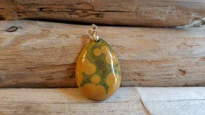 """Okeāna jašmas kulons """"Dzeltenzaļā"""" ar sudraba krāsas piekariņu Izmērs liels 4 x 3 cm"""