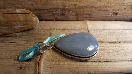 """Liels angelīta kulons """"Izglābšanās"""" 925 sudraba pārklājums Izmērs 4 x 3 cm Zila bantīte"""