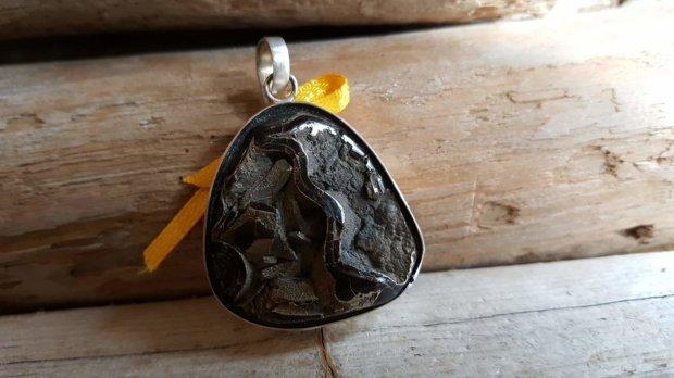 """Pirīta kulons 925 sudrabā """"Sargs"""" Izveidojies gliemežvākā Liels 3.5 x 3.5 cm Dzeltena bantīte"""